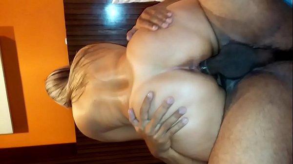 Corno santos negão comendo buceta gostosa marido corno filmando putaria menage