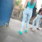 Novinha deliciosa de calça jeans foi filmada esperando o trem
