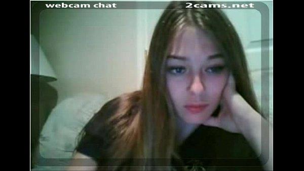 Novinha sapeka mostrando a buceta rosadinha na webcam