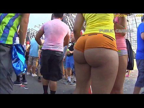 Gostosa no carnaval com um micro short aparecendo metade da bunda