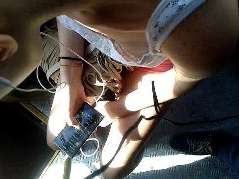 tentando gravar o peitinho na mulher sem sutiam