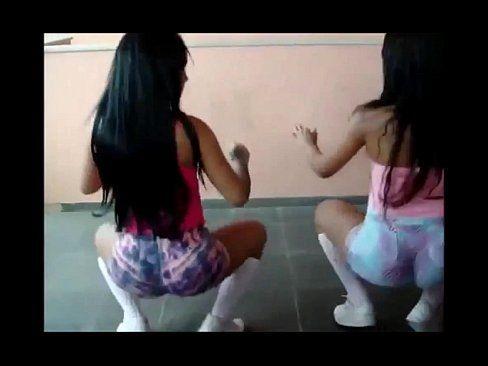 Duas negras cavalas dançando funk