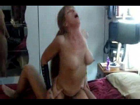 Coroa louca por sexo metendo com dois amigos da academia