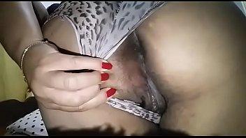Magrinha caiu na net liberando a buceta depiladinha