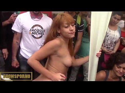 Putinha ficou pelada na rua e fez sexo na frente de todos