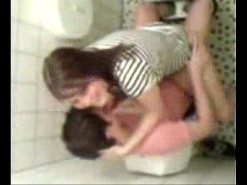 Casal metendo no banheiro público foi flagrado e caiu na net
