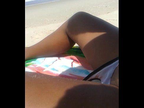 Namorada na praia tomando dedada na buceta apertadinha