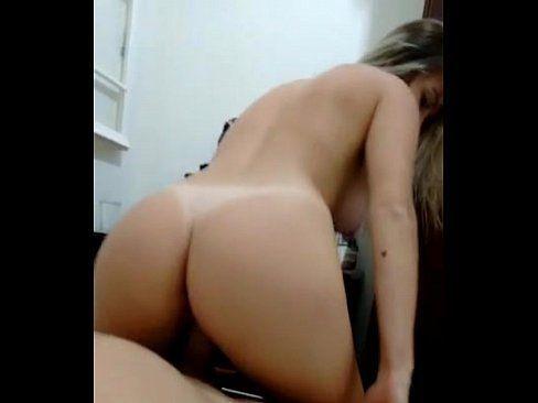 Loirinha muito gata fazendo sexo com o namorado caiu na net metendo