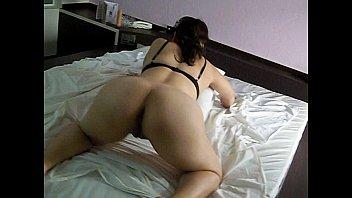 Esposa gostosa se exibindo de quatro com uma calcinha enfiada no cu