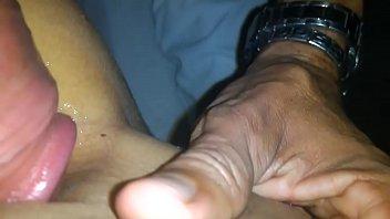 Magrinha safada quicando no pau do namorado enquanto ele grava o sexo