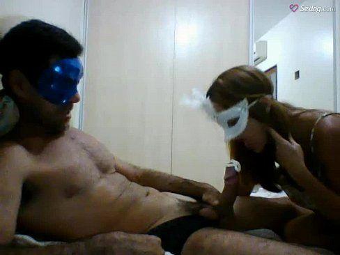 Casal amador fazendo sexo e exibindo pros amigos pela webcam