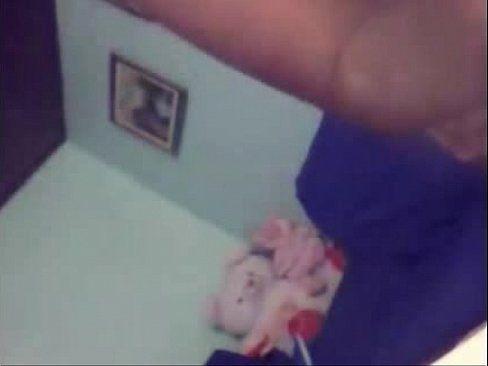 Gostosa fez vídeo peladinha mostrando a buceta deliciosa no sofá