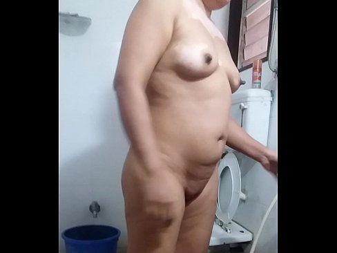 Gordinha e gravada com camera escondida no banheiro