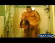 Jovem em anal caseiro dando para seu pai no banho