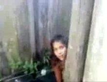 Jovem toma banho toda peladinha com camera escondida no banheiro