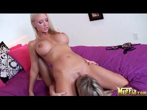Lésbica molly cavalli faz sexo com a amiga