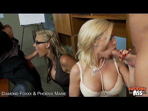 Duas loiras do acervo porno dando para os amigos