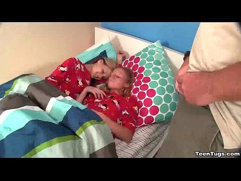Duas novinha na cama em sexo explicito com um rapaz