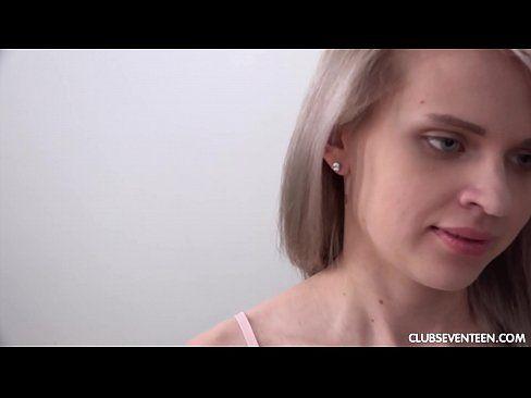 Loira na cama em xxvideos de sexo com seu namorado