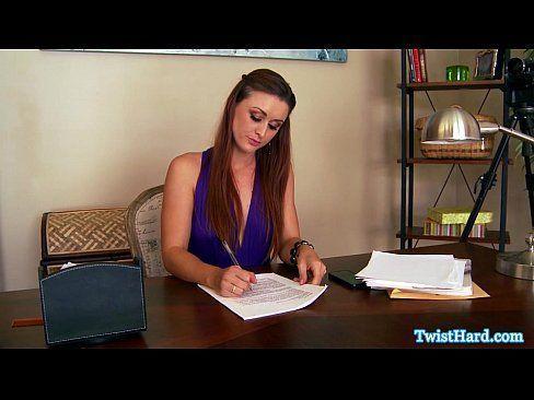Secretaria linda em wwwsexo com o patrão