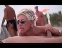 Coroa em fraga na praia mamando uma rola