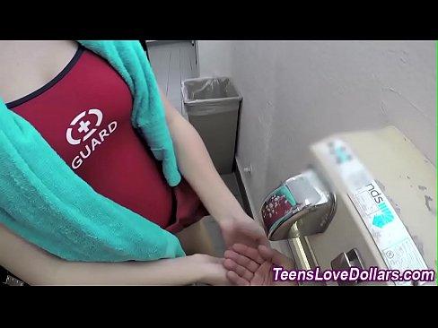 Gostoso sexo entre namorados  no  banheiro