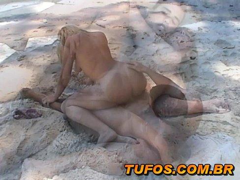 Safada faz sexo na praia em pornomobile