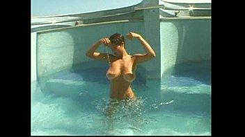 Asistir videos porno com uma peituda metendo na piscina