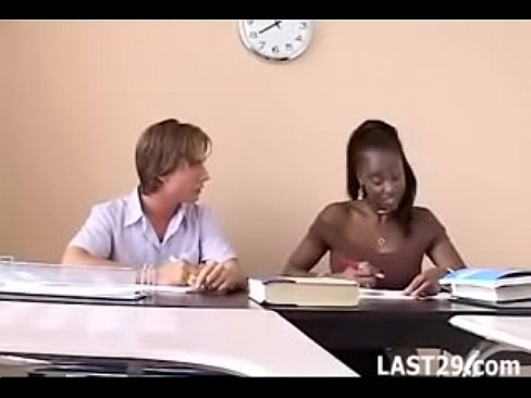 Cara safado pegando a professora negra