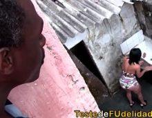 Favelada mete com o vizinho negro em sexo fraga