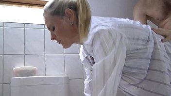 Marmanjo trepando com a sogra loira bem gostosa
