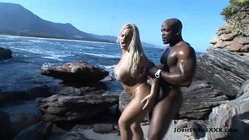 No meio da praia  deserta no sexo mulher gozando