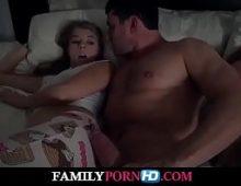 Bela safada novinha gostosa fazendo sexo com o seu padrasto