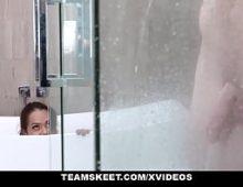 Fazendo sexo geatis com a prima no banheiro