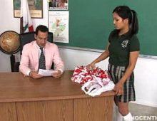 Na sala de aula novinha dando a boceta porno para seu professor de matemática