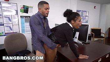 Secretaria dando em porno com negao