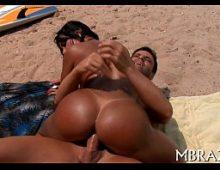 Na praia casada safada metendo