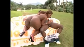 Mulata no meio do campo em video de sexo gostoso