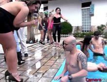 Belas meninas dando a buceta na festa da piscina