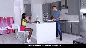 Negra novinha trazando com o amigo