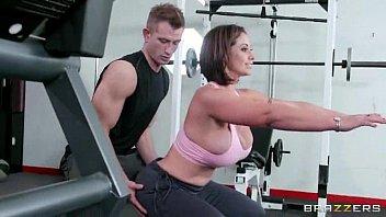 Linda peituda mulher.pelada fodendo na academia