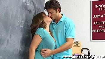 Rapaz metendo na novinha safada da sua escola