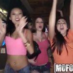 Gozada suruba com as novinhas em uma festa