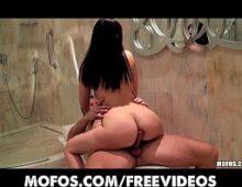 Mulher sem calcinha porno dando no banheiro