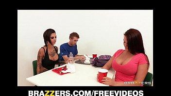Safada morena no brazzers grátis fode em cima da mesa