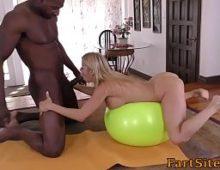 Negro comendo novinha da academia em um sexo gozado